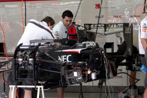 图文-F1车队紧张备战西班牙站 索伯技师组装C32