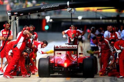 图文-F1英国站第2次练习赛 法拉利车队为Kimi服务