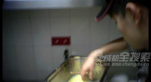 厨工用手搅拌蛋液
