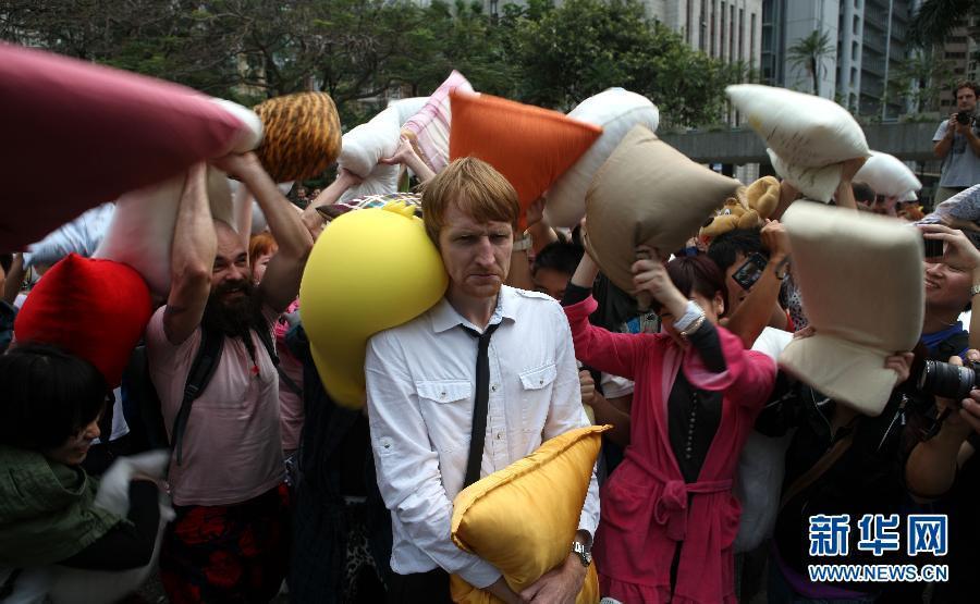 枕头大战在香港中环举行 数百人参加