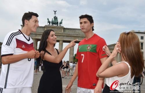 高清图-C罗厄齐尔蜡像现德国街头