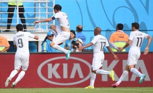 高清图-第109球:乌拉圭队长顶入关键球