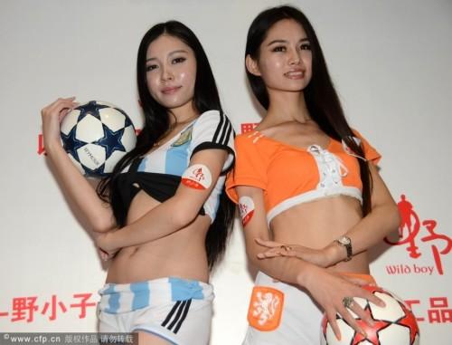 高清图-足球宝贝力挺荷兰、阿根廷