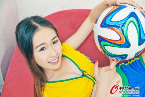 高清图-足球宝贝性感装束预祝巴西队进入决赛