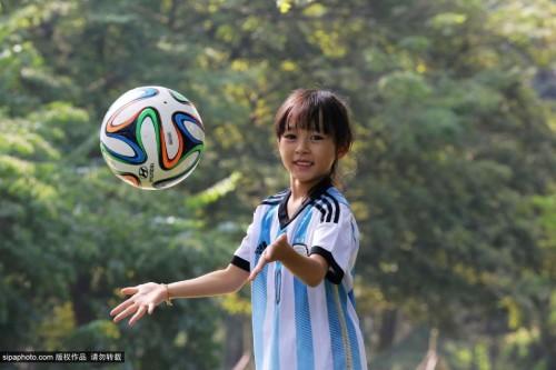 高清图-内地呆萌小球迷穿梅西球衣助阵阿根廷