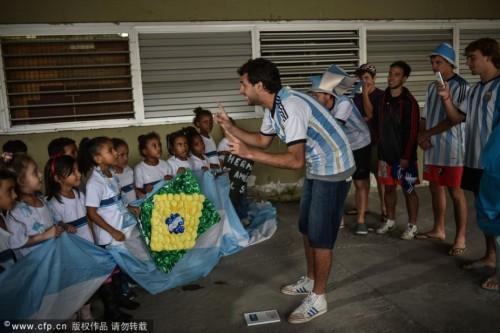 高清图-阿根廷球迷在里约安营扎寨只为等候决赛