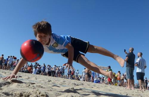 高清图-新浪直击里约沙滩小梅西