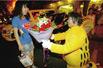 男子扮加菲猫求婚