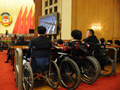 3位坐轮椅的全国政协委员在认真听会