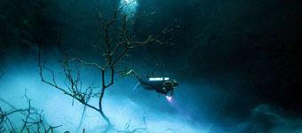 玛雅人祭祀神秘深坑:水底深蓝色显诡异