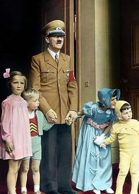 希特勒手牵儿童彩照曝光(图)