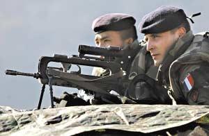 两名驻扎科索沃的法国士兵在执行维和任务.(资料图片)