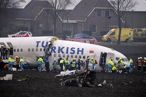 土耳其客机降落时坠毁机身断裂但未起火(图)