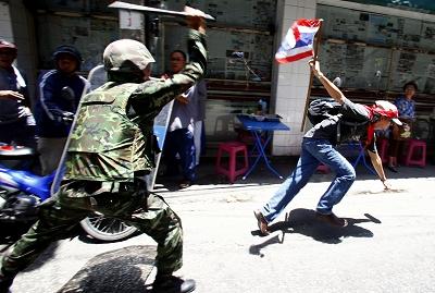 泰国军方动用坦克清场至少两人死于街头枪战