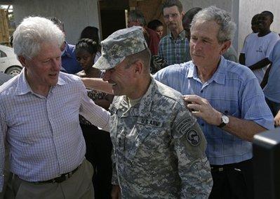 布什与海地灾民握手后用克林顿衬衫擦手(图)