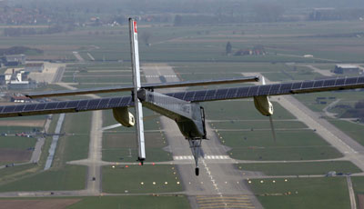 """""""阳光动力""""号机翼上安装了1.2万块太阳能电池板"""
