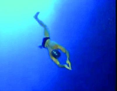 不用脚蹼不背氧气瓶深潜116米(图)