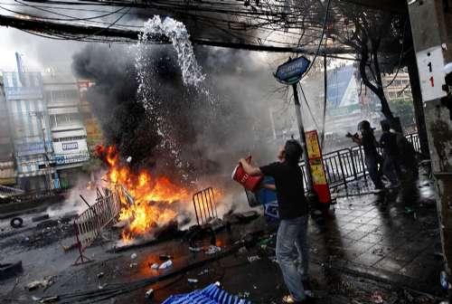 红衫军民众试图扑灭大火