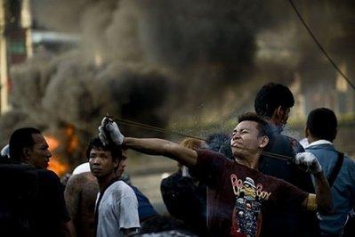 正在使用弹弓的一名示威者