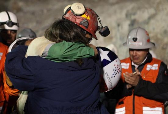 智利首位出井矿工与家人拥抱现场响起欢呼