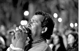 智利首名被困矿工获救后全国教堂钟声齐鸣