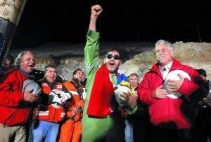 图为智利总统皮涅拉(右)迎接最后一位出井矿工