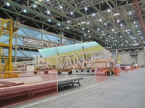 波音公司一架飞机的机翼即将进行下一步组装