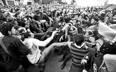 开罗市示威者与警员发生冲突。
