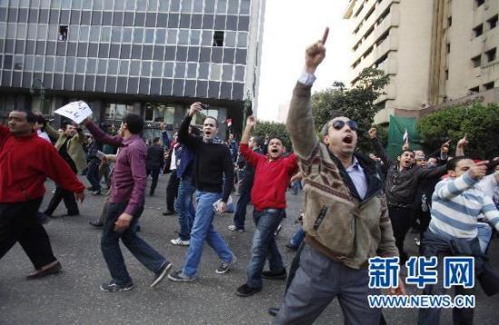 1月25日,抗议者在埃及首都开罗街头游行示威。  新华社/路透