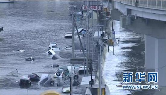 这张3月11日NHK电视台电视节目截图显示的是日本北部沿海受地震影响地区受灾情况。