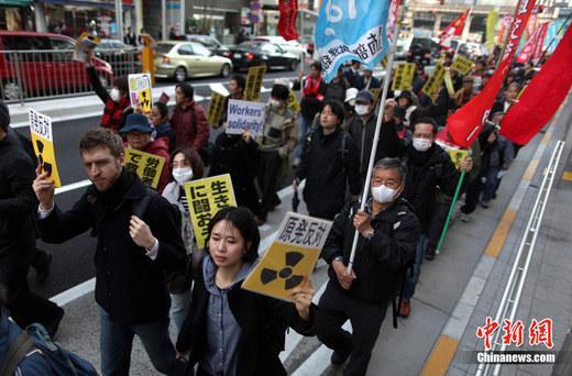 3月20日,日本东京涩谷爆发千人反核大游行。游行由日本全学连实行委员会和日本天下劳作组合交换中间主理。图为游行队列走过涩谷车站。中新社发 孙冉 摄