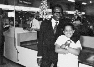 童年奥巴马和父亲合影(资料照片)