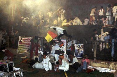 拉姆德夫的绝食抗议得到上万印度民众支持,抗议现场发生警民冲突,70多人受伤