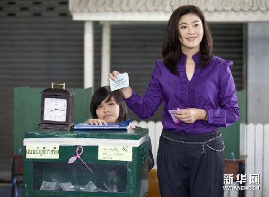 7月3日,在泰国首都曼谷,泰国为泰党总理竞选人英拉・西那瓦在一处投票站投票。 新华社记者吕小炜摄