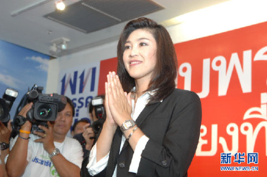 7月3日,在泰国首都曼谷,泰国为泰党总理竞选人英拉・西那瓦向民众致意。 新华社发(拉亨摄)
