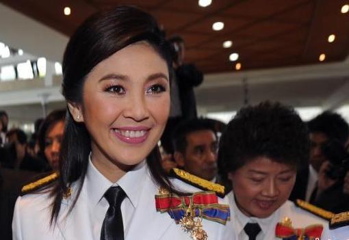 """他信妹妹英拉""""接棒""""当选泰国首位女总理。"""