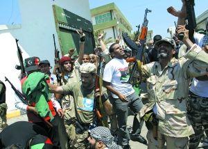 占领政府军一处基地后,反对派欢呼庆祝。