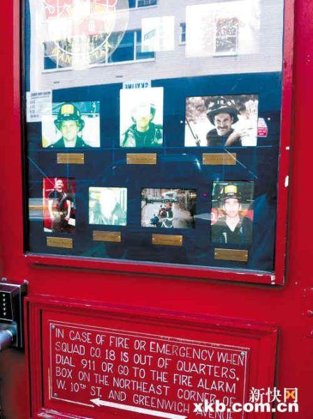曼哈顿一处消防站门口,张贴着911遇难消防员的名字和照片。