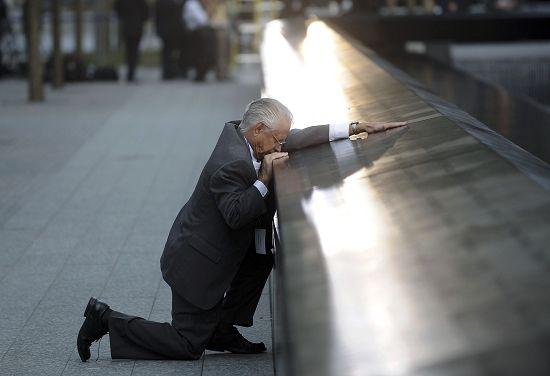 """昨天,纽约""""9・11""""纪念碑前。罗伯特・佩拉扎在十年前失去了他的儿子,现在在这里找到了儿子的名字。"""