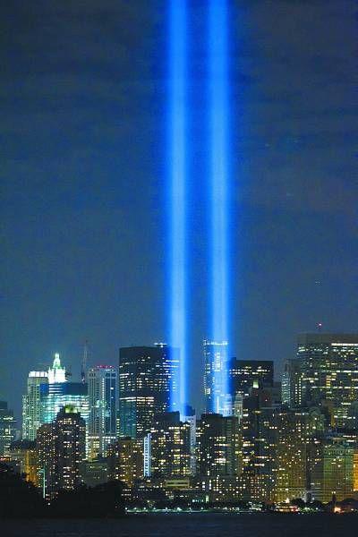 """纪念""""9・11""""恐怖袭击事件遇难者的两道灯柱10日晚在纽约世贸遗址附近亮起。朱炜摄(新华社发)"""