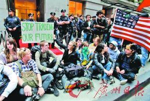 """携带背包与睡袋的示威者原计划""""占领""""华尔街并当街宿营,但纽约警方提前封锁了华尔街周边数条街道。"""