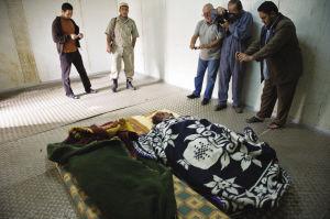 卡扎菲最勇敢的儿子,被杀前喝了一口水,抽着烟,表情十分镇定图片