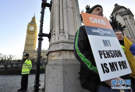 伦敦的国会大厦外 抗议者举着示威标语参加罢工活动。