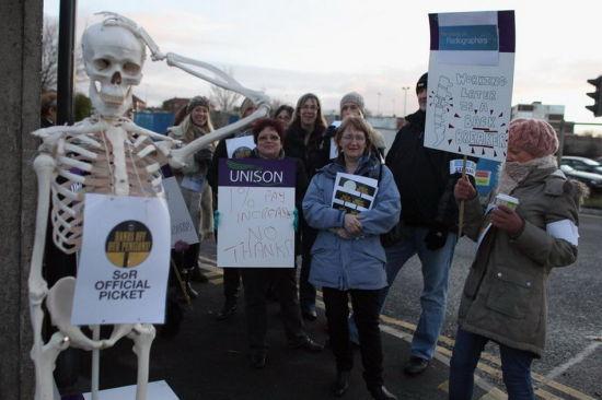 皇家利物浦医院的放射医生正在进行罢工抗议。