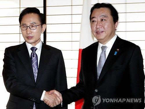 韩国总统李明博(左)与日本首相野田佳彦18日举行