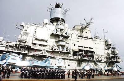 """""""库兹涅佐夫""""号航空母舰8日停泊在叙利亚塔尔图斯港附近,接受港内俄罗斯海军补给站的补给。新华社/路透"""