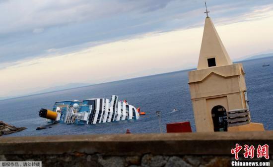 """15日,意大利救援人员又从触礁的""""科斯塔·康科迪亚""""号大型游轮中发现2具尸体,此次事故中遇难的总人数已上升到5人。13日晚,这艘游轮在意大利海域触礁搁浅。"""