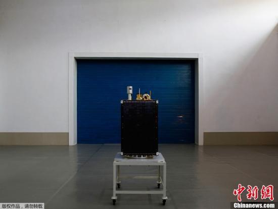 """4月13日,朝鲜""""银河3号""""火箭搭载""""光明星3号""""地球观测卫星,从朝鲜平安北道铁山郡西海卫星发射场发射。(资料图:4月8日,工作人员在位于朝鲜平安北道铁山郡东昌里的""""西海卫星发射场""""综合指挥所内现场展示即将发射的""""光明星3号""""地球观测卫星。)"""