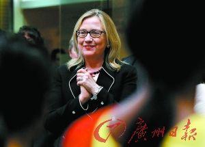 """近日,希拉里在孟加拉国访问时""""素面朝天""""。"""