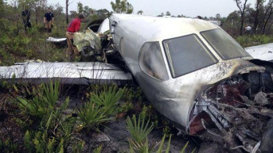 美国一架小型飞机坠毁致6人死亡